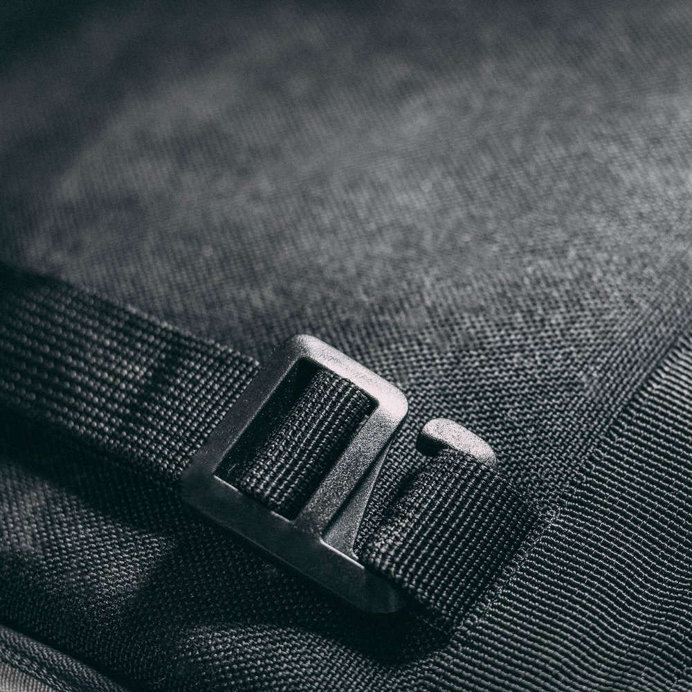 duffle-product-page-feature-detail-buckle-detail-slideshow-min.jpg