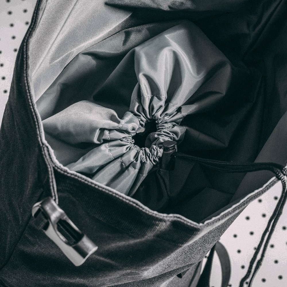 duffle-product-page-feature-detail-drawstring-slideshow-min (1).jpg