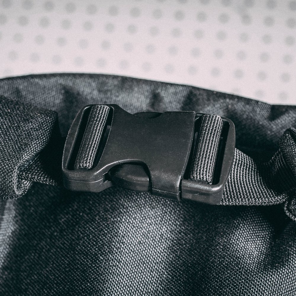 duffle-product-page-feature-detail-main-buckle-detail-slideshow-min.jpg