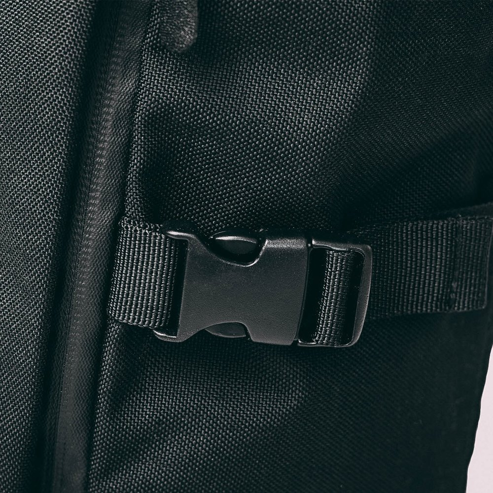 rolltop-product-page-build-buckle-min.jpg