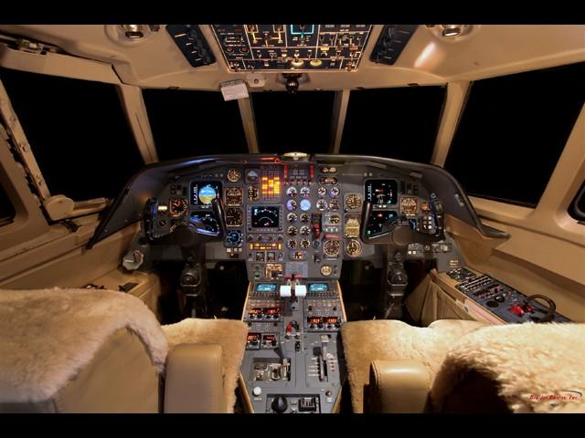Falcon 200.501 Cockpit.jpg
