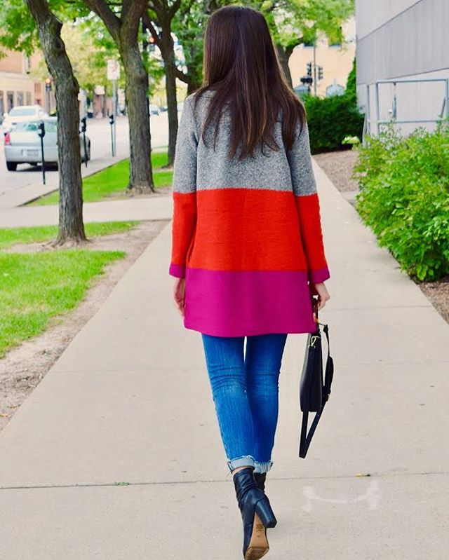 I've been crushing on color blocking and pops of bright colors lately, especially in my sweaters! Who else is loving magenta and orange right now?! Head over to the blog for outfit details. #stylesangria #ontheblogtoday  www.stylesangria.com