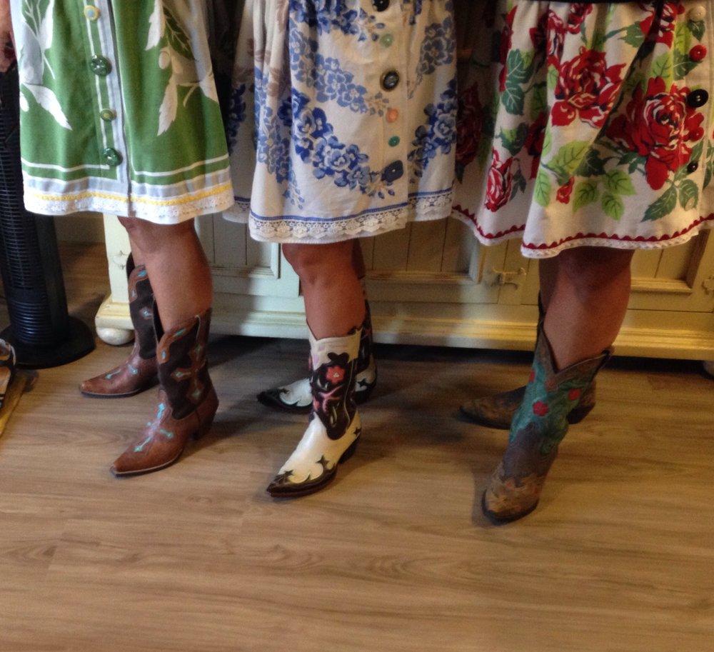 Kathy Pienovi - Three Vintage sisters, Textiles