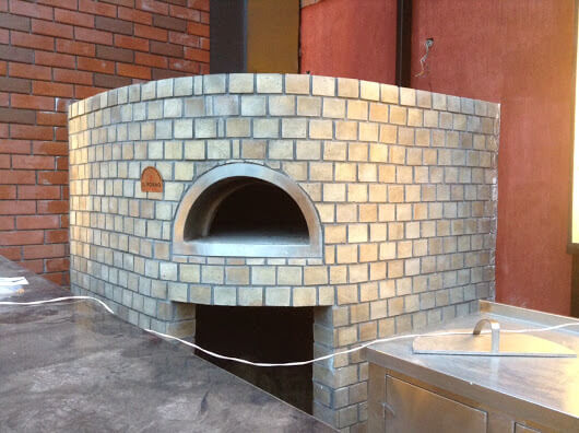 Delhi 2017A rounded straight wood fired oven with fire bricks finishing.