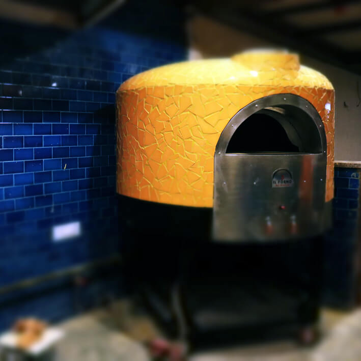 Medium sized semi-portabele wood & gas fired pizza oven