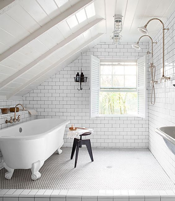 Got room for twin showers and a claw foot roll top into your en-suite have you? (Image from Country Living)