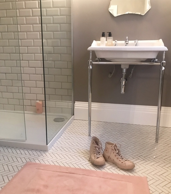 En-suite situate gets the thumbs up (and the toes out)
