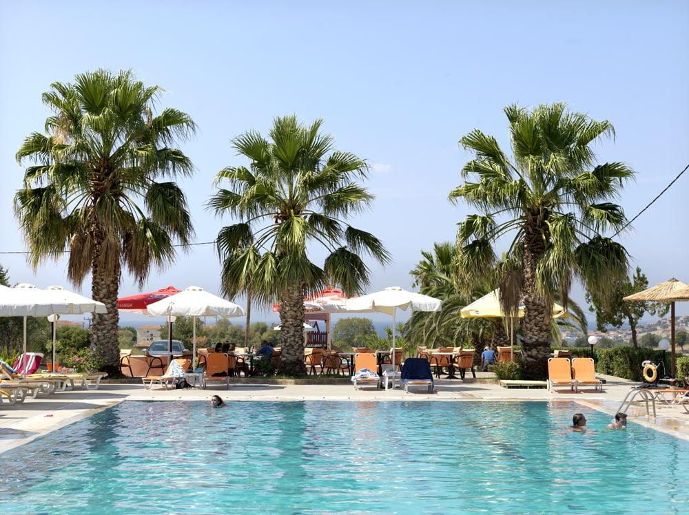 Het zwembad van het hotel waar we toeristen vroegen om mee te doen.