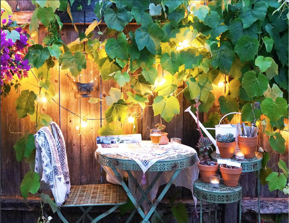 My last love of small space dining goes back to Whitney Leigh Morris' outdoor patio. Instagram @whitneyleighmorris... this defines the word cute.