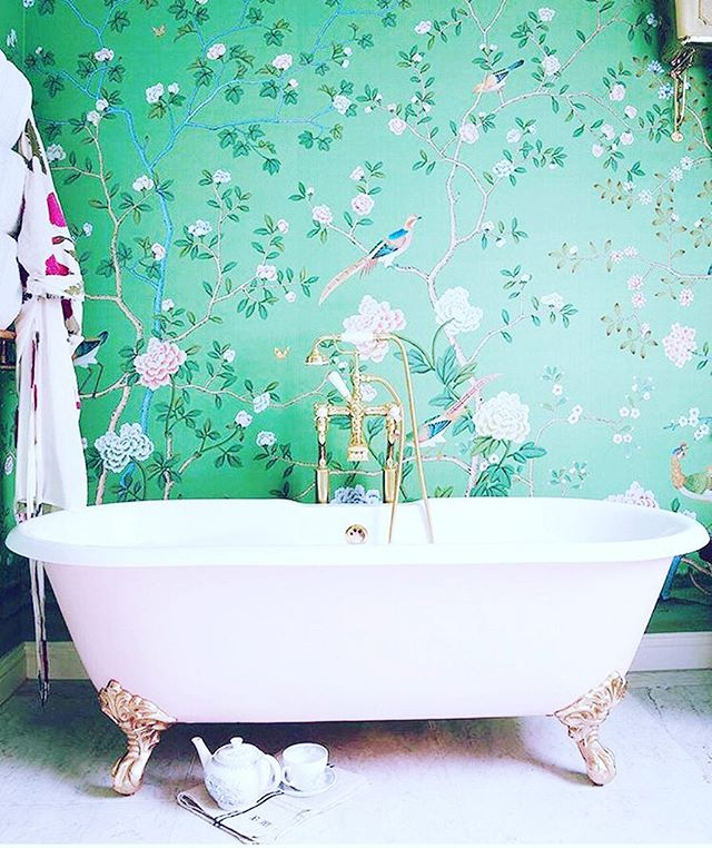 Green with mutha-effing envy for EVERY LAST INCH of this. // 📷 @archdigest // #interiordesign #bath #wallpaper