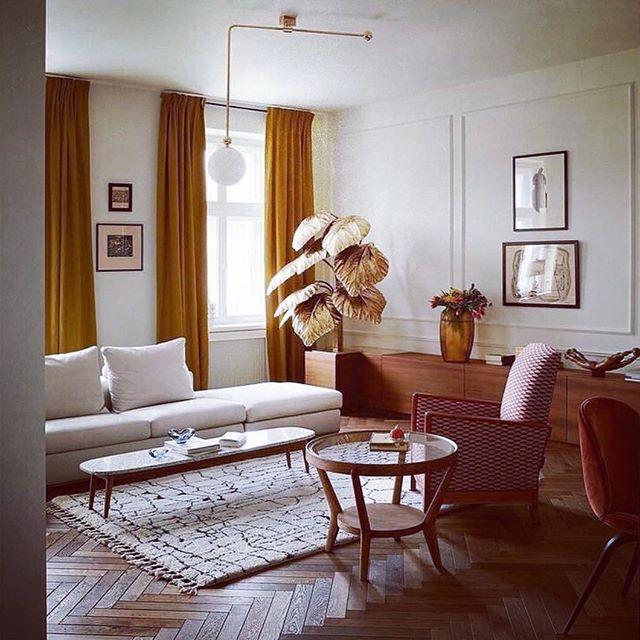 Vibey in all the right ways ✌🏼 // 📷 via @bobbyberk // #interiordesign #interiordesigner #living #room #midcenturymodern #transitionaldesign #architecture