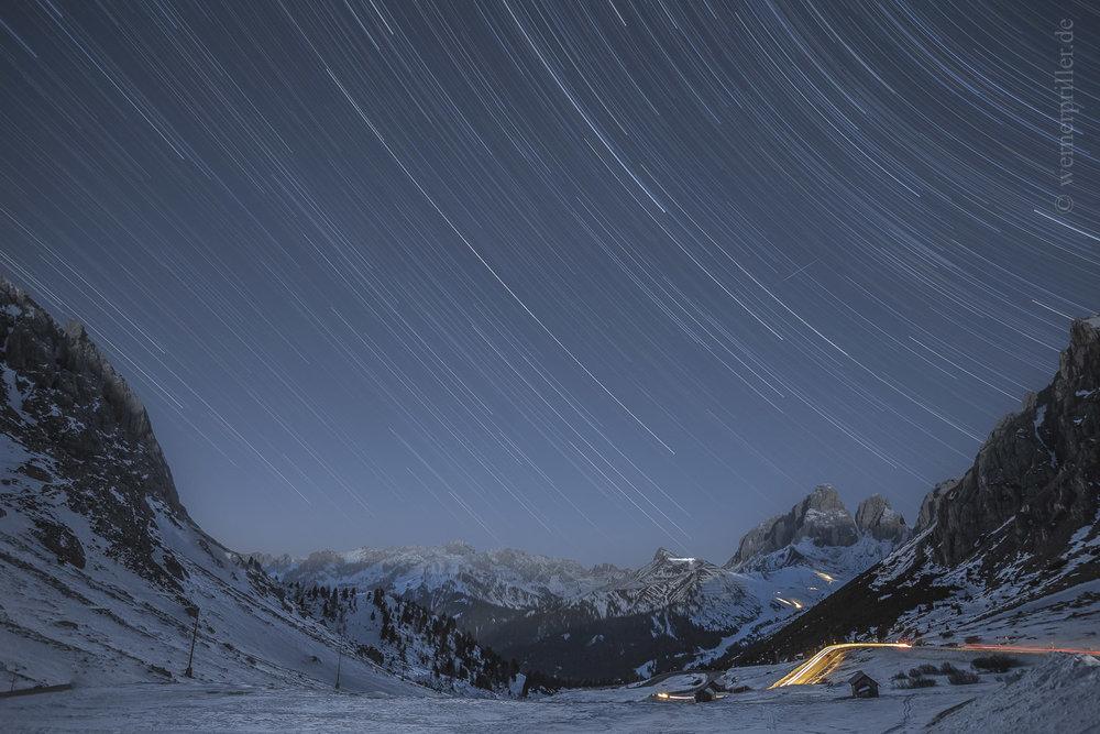 Sternen-und Autolichtspuren, Pordoi Pass, Dolomiten  Startrails and headlight tracks, Passo Pordoi, the Dolomites
