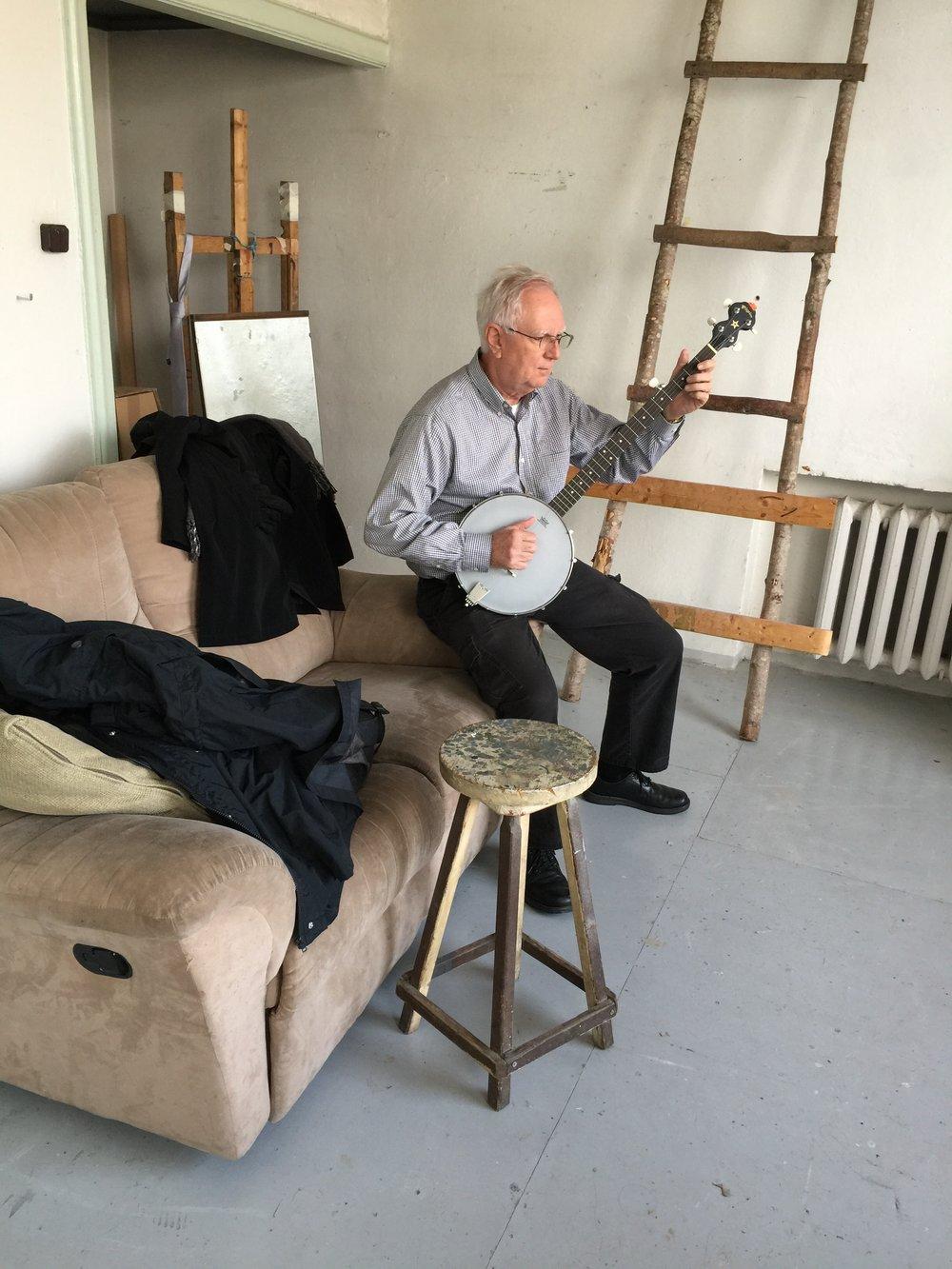Jim play banjo in Tartu studio.JPG