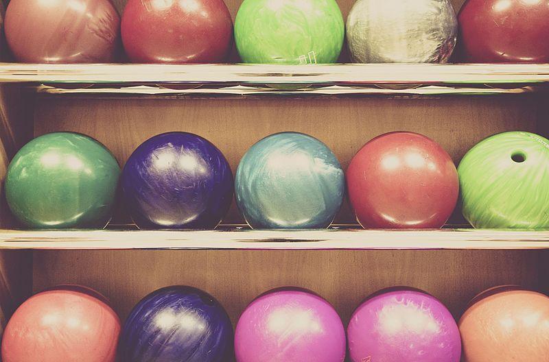 Rack_of_Bowling_balls.jpg