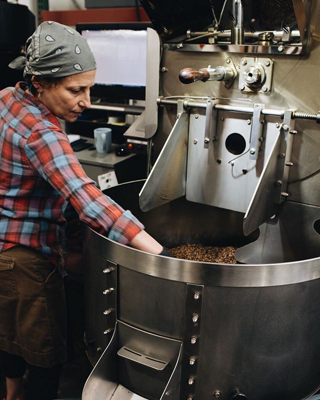 Judy of @nomadiccoffee.co , one of our co-roasting members, doing the thing!