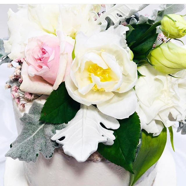 Today's gorgeous weddings cake topper @cakecreationsbyronnie beautiful cake #goldcoastflorist #goldcoastflowers #flowers #paradisepointflorist #paradisepointflowers #goldcoastweddings