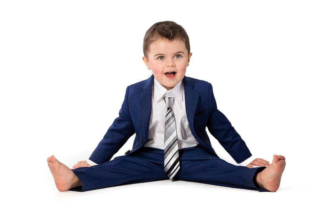 Anzüge für Kinder - In Kürze bieten wir Anzüge auch für Kinder an. Gleiche Stoffauswahl. Perfekt für Hochzeiten, Erstkommunion oder sonstige Anlässe.
