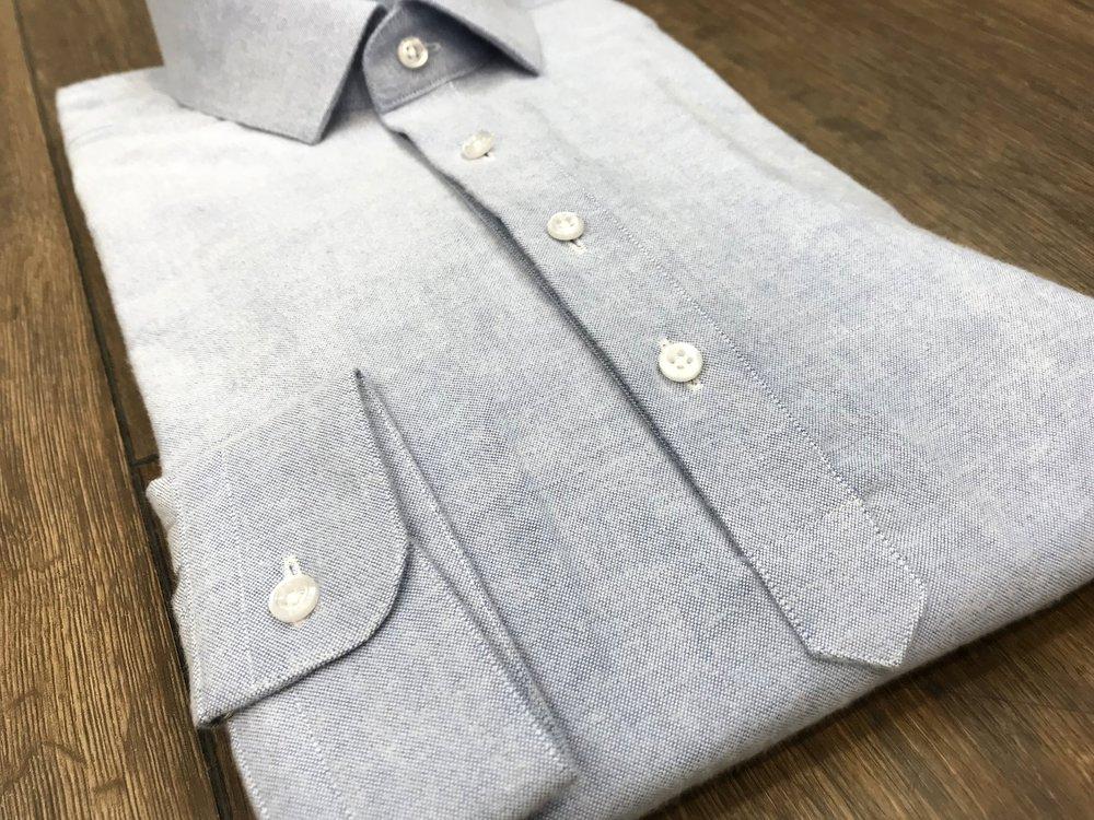 Hemdpolo - Klassischer Hemdenschnitt kombiniert mit einer kürzeren Knopfleiste mit nur 2 oder 3 Knöpfen.Stoff: 100% Baumwolltwill,aufgeraut,extra weiche Oberfläche.