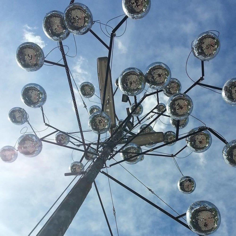 """""""Discokugel-Baum"""" von Torsten Mühlbach für das Import Export"""