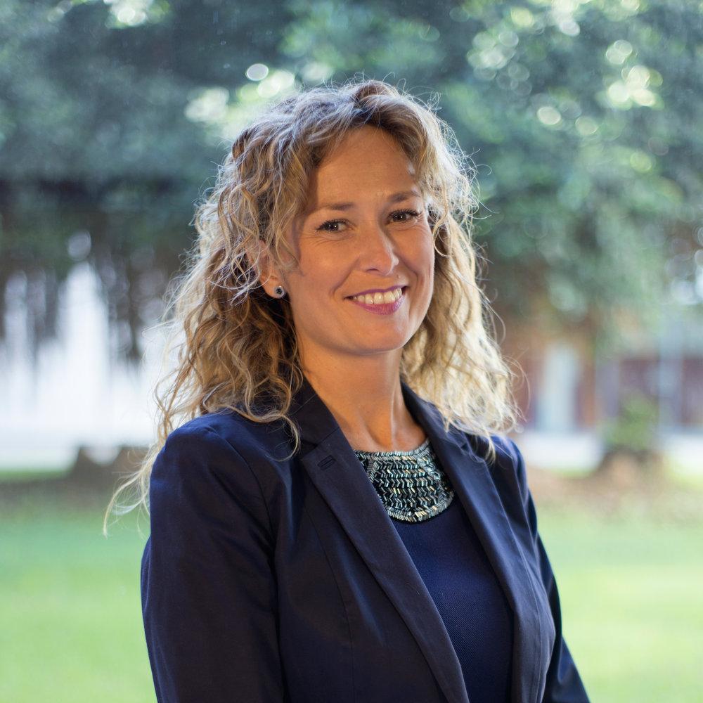 Mentora Comunicación   Cristina González Onate  Doctora en Comunicación Empresarial e Institucional + Profesora en el Departamento de Ciencias de la Comunicación  Universidad Jaime I  +