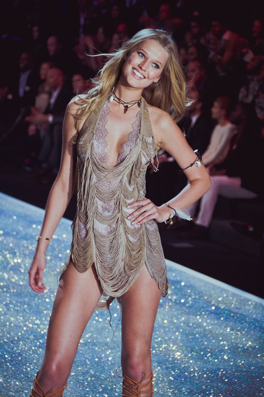 Victoria's Secret Fashion Show-3: Silk Stockings Of A $6.5 ... - photo #49