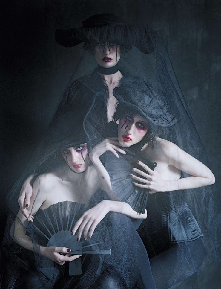 anna-cleveland-christina-carey-erin-oconnor-jamie-bochert-by-tim-walker-for-vogue-italia-december-2015-3.jpg