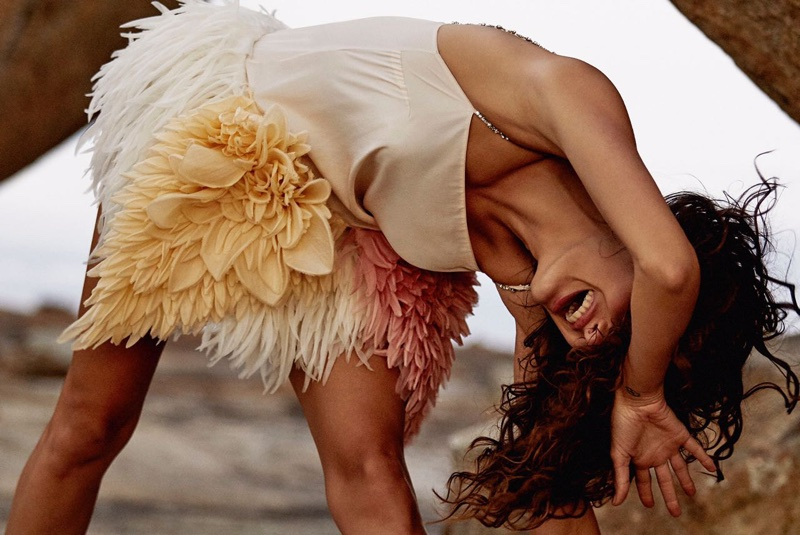 Isabeli-Fontana-Vogue-Brazil-October-2017- (3).jpg