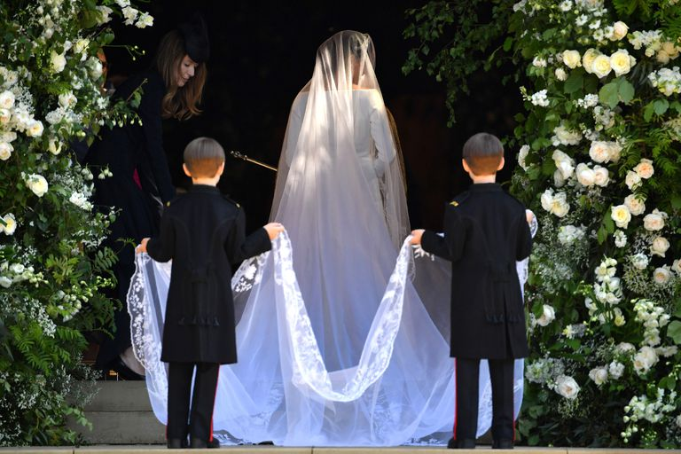hbz-meghan-markle-wedding-dress-gettyimages-960049790-1526729015.jpg