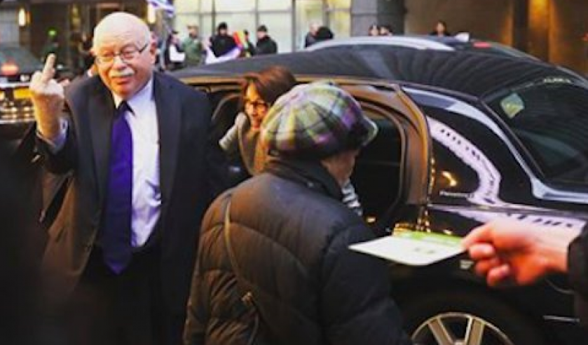 MICHAEL STEINHARDT SHOWING ANTI-ISRAEL, ANTI-BIRTHRIGHT PROTESTERS WHAT HE REALLY THINKS. SOURCE: TWITTER PHOTO CAPTURE.  VIA JNS