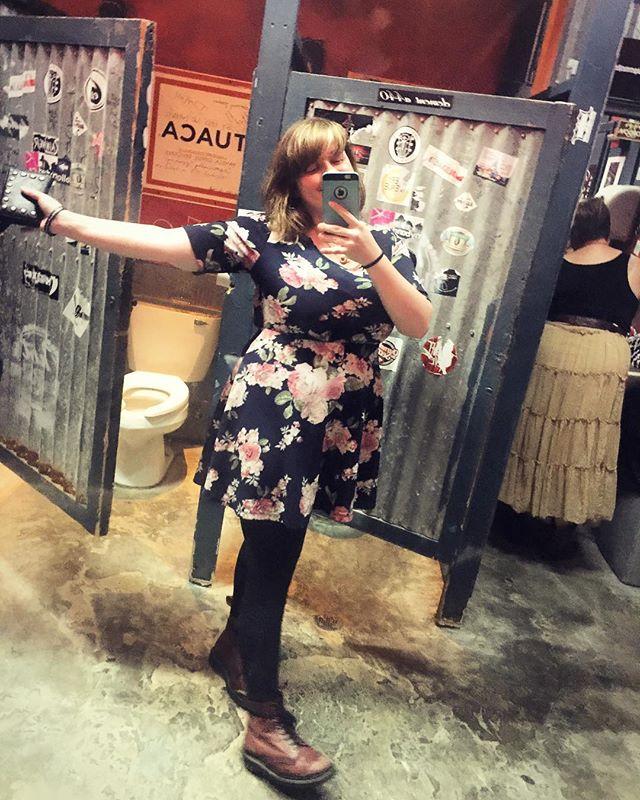 🌵🍻🌵🍻🌵🍻🌵🍻 #austintx #dirtydogbar #bathroomselfie #preshow #docmartens #communitycenter #basslady #thoseanimalstour