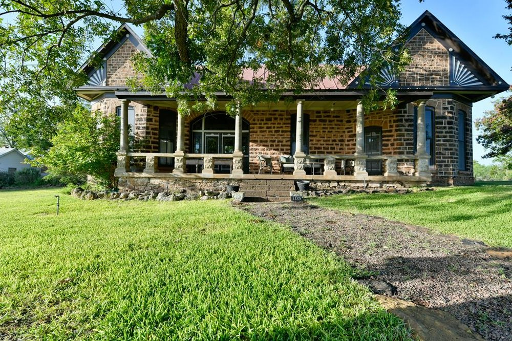 105 N ORANGE ST HOME WITH ACREAGE IN MASON, TX