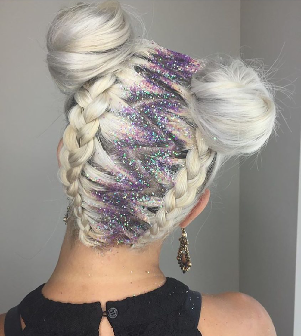 #GlitterRoots was one of many festival hairstyles trending on Instagram this weekend. Can we talk about how this hair is giving off major mystical, unicorn vibes rn?! 🦄 More inspiring trending festival hairstyles on beautybyjessika.com. (Photo via @theliftasalon)
