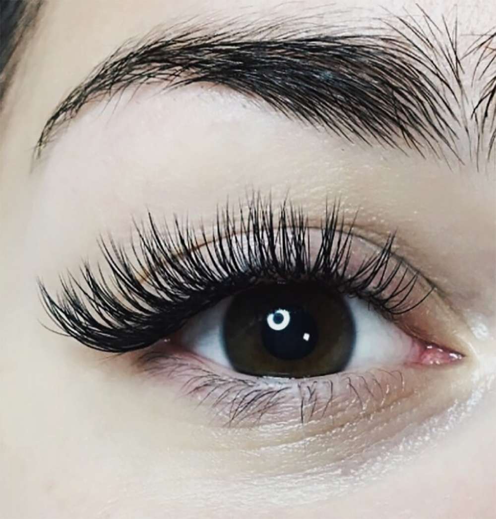 Are you on the fence about getting lash extensions. Hopefully this post will help answer some of your burning questions. More on beautybyjessika.com. Photo via @borboletabeauty.