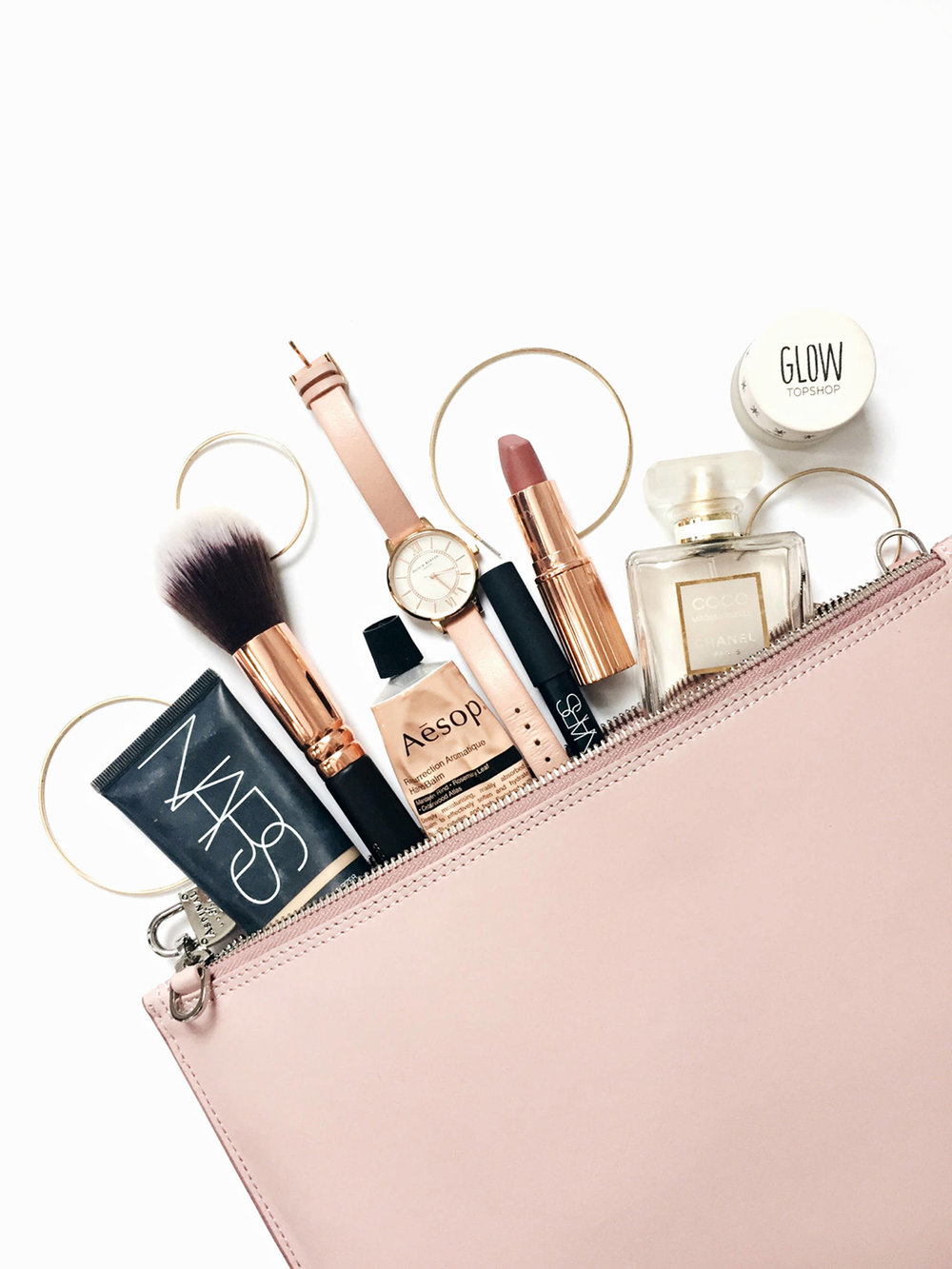 I can get a little high maintenance when it comes to my beauty bag and it has taken me a few trips to figure out my beauty essentials. Read about my beauty essentials for a weekend work trip now on beautybyjessika.com. Photo via weardaisywent.com.