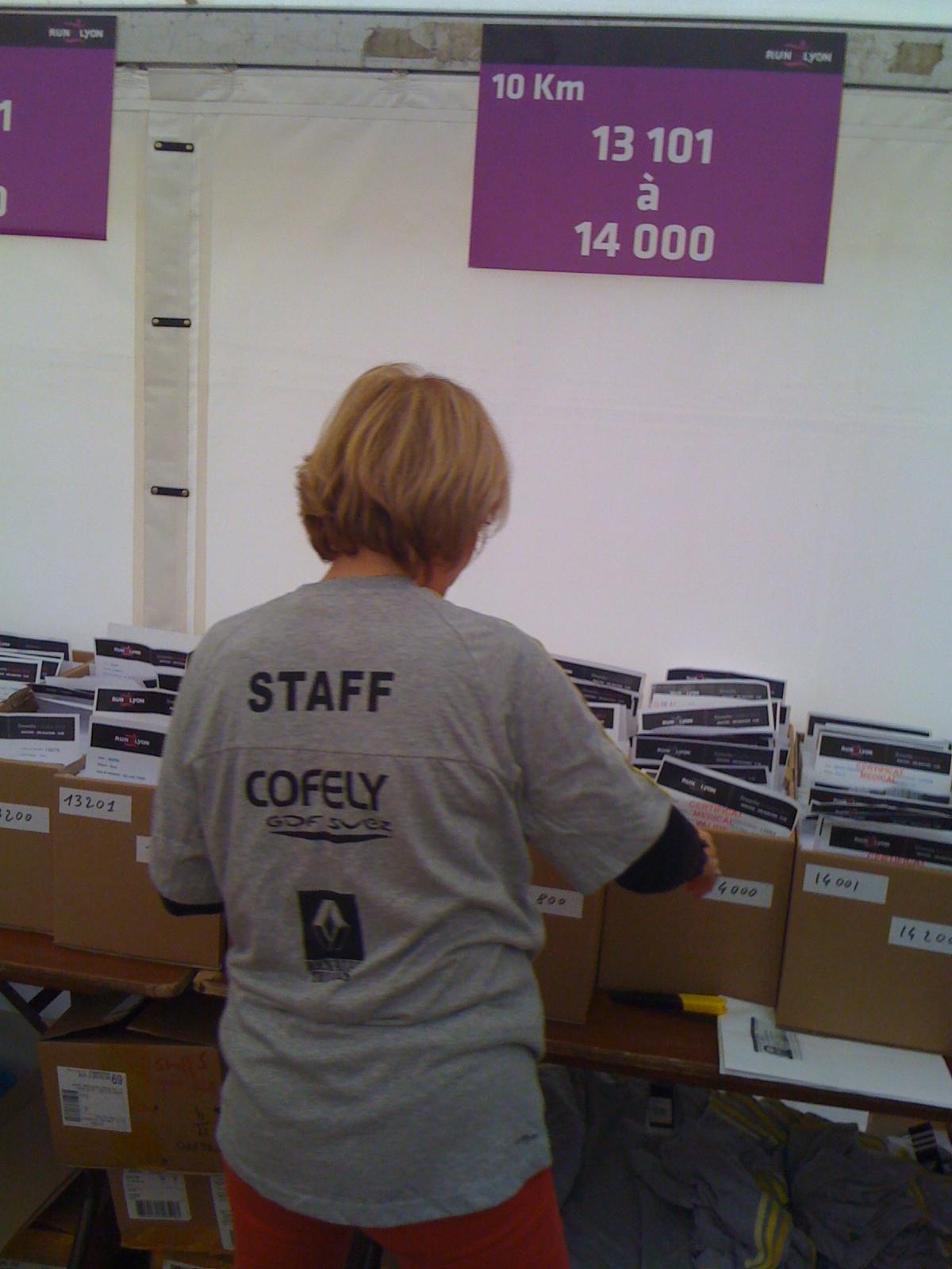 étape 7 - le staff cherche notre dossard... le notre, rien qu'à nous
