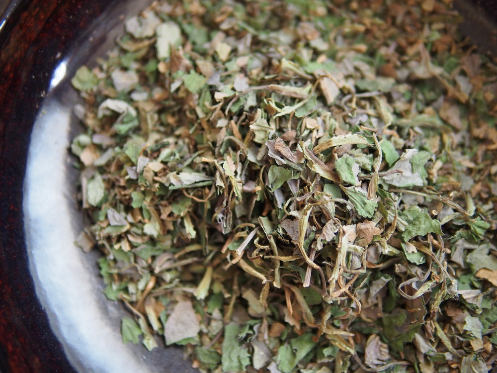 干したドクダミは、土鍋で煎ってお茶にします