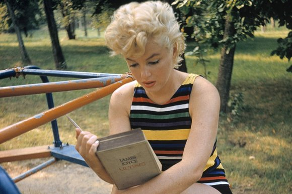 Marilyn Monroe reads James Joyce Ulysses in playground (1955) Eve Arnold.