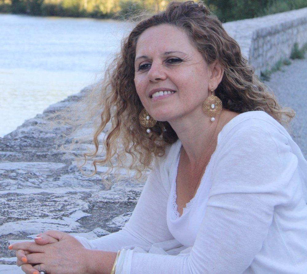"""Ecrire, agir,et soigner         avec les mots - ECRIVAIN Siham Benchekroun est romancière, poétesse et nouvelliste de langue française. C'est un """"écrivain de l'intime"""" dont la plume poétique dessine, de livre en livre,une calligraphie des rêves et des maux de l'âme humaine.MILITANTE ASSOCIATIVEMilitante et féministe engagée, elle a contribué à plusieurs associations caritatives,et assuré notamment plusieurs années d'écoute et de soutien de femmes en situation vulnérable. Elle a également animédivers ateliers et conférences sur ses sujets d'intérêt (voir ici).MEDECIN PSYCHOTHERAPEUTEDocteur en médecine, elle s'est spécialisée dans l'aide aux personnes en souffrance psychique à travers de nombreuses approches thérapeutiques (www.sbtherapies.ma)."""
