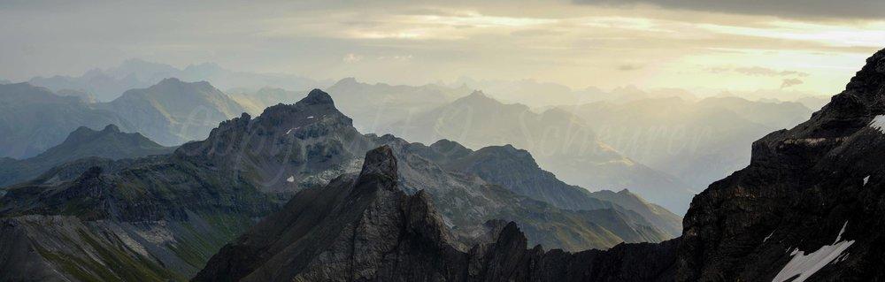 Bilick vom Ruchi Richtung Norden mit Kärpf, Schlössliturm, im Hintergrund Säntisgebirge