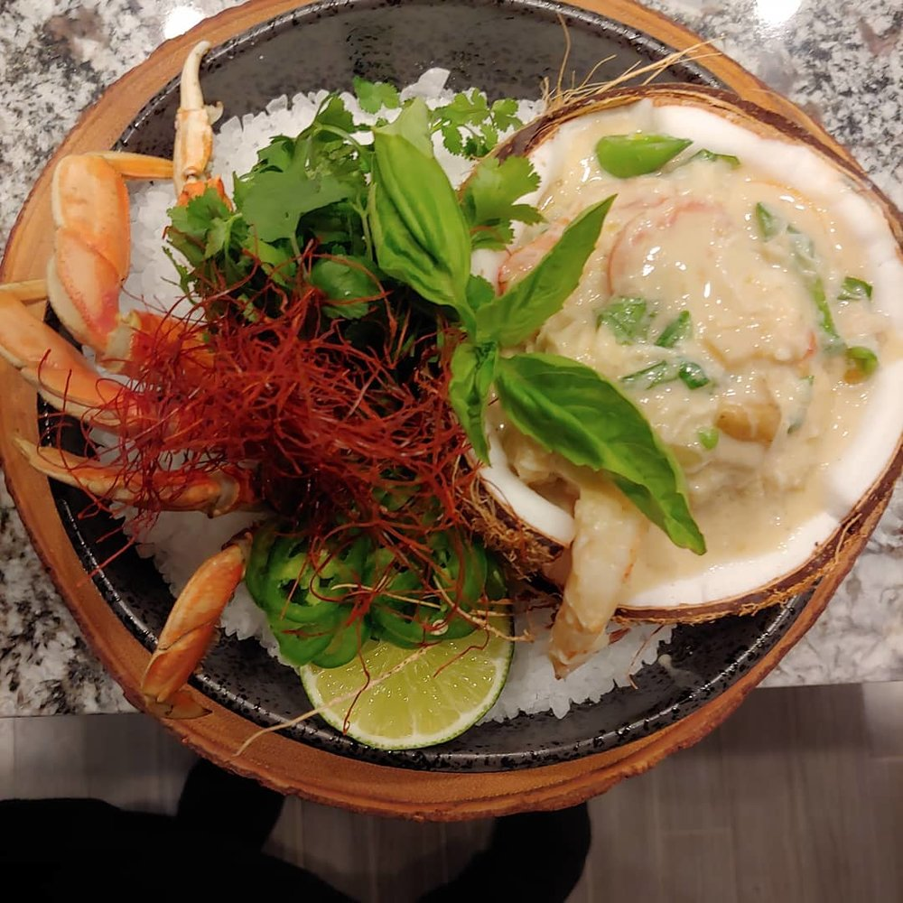 THAI STYLE GREEN CURRY SEAFOOD Dungeness Crab, Lobster Tail, Cherry Tomato, Sugar Snap peas, Potato
