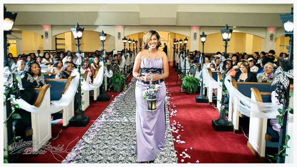 Without the use of multiple off-camera flashes, the beautiful NOLA-inspired details of this aisle would have been lost in shadow...