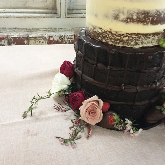 Sneaky quick peek at the most amazing cake I had the pleasure of creating over the weekend!! Blooms by @foxy_evergreen