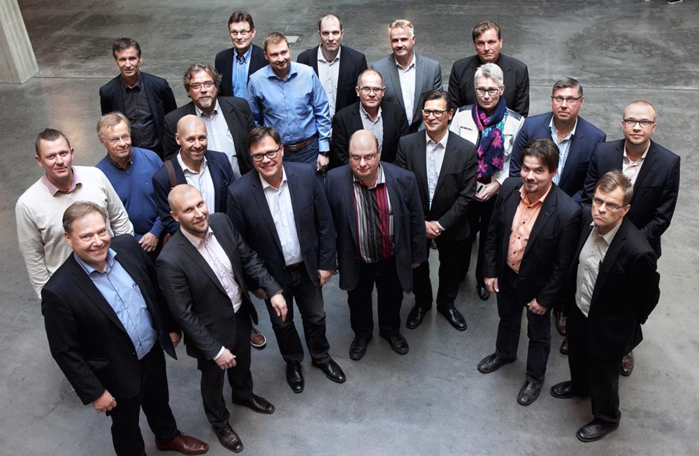 Palveleva kaukolämpö FinDHC ry:n perustamiskirjan allekirjoittajia tiistaina 4.10. Hyvinkäällä. Kuvaaja: Paula Lehto.