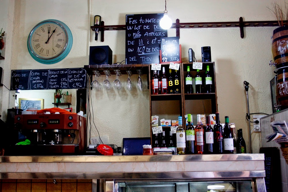 "12 p.m. : Bodega Montferry; M:  ""Classic bare bulb bodega with awesome sandwiches and a menu changes every day.""  Carrer de Violant d'Hongria Reina d'Aragó, 105"