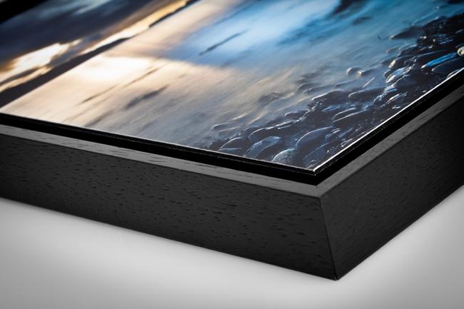 En plus de l'impression sur alu-dibond, vous pouvez choisir de l'encadrer dans une caisse américaine. Cela vous permet de profiter d'un cadre exceptionnel et de mettre en valeur la photo.
