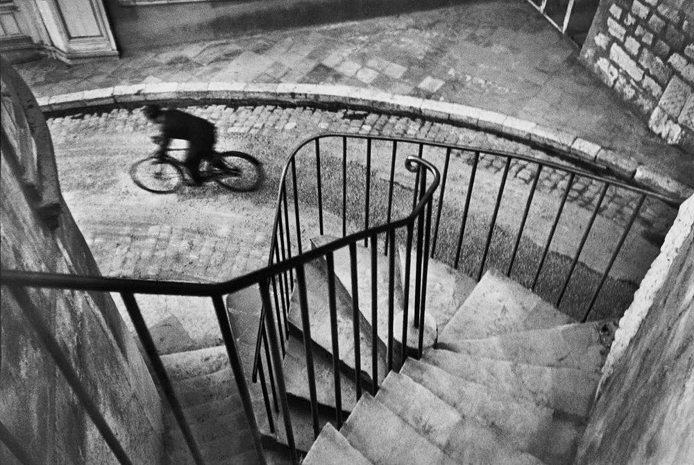 Henri Cartier BRESSON , caché en haut de cet escalier a declenché au bon moment.