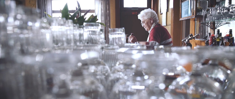 In de welkom - Portrait of a senior barkeeper