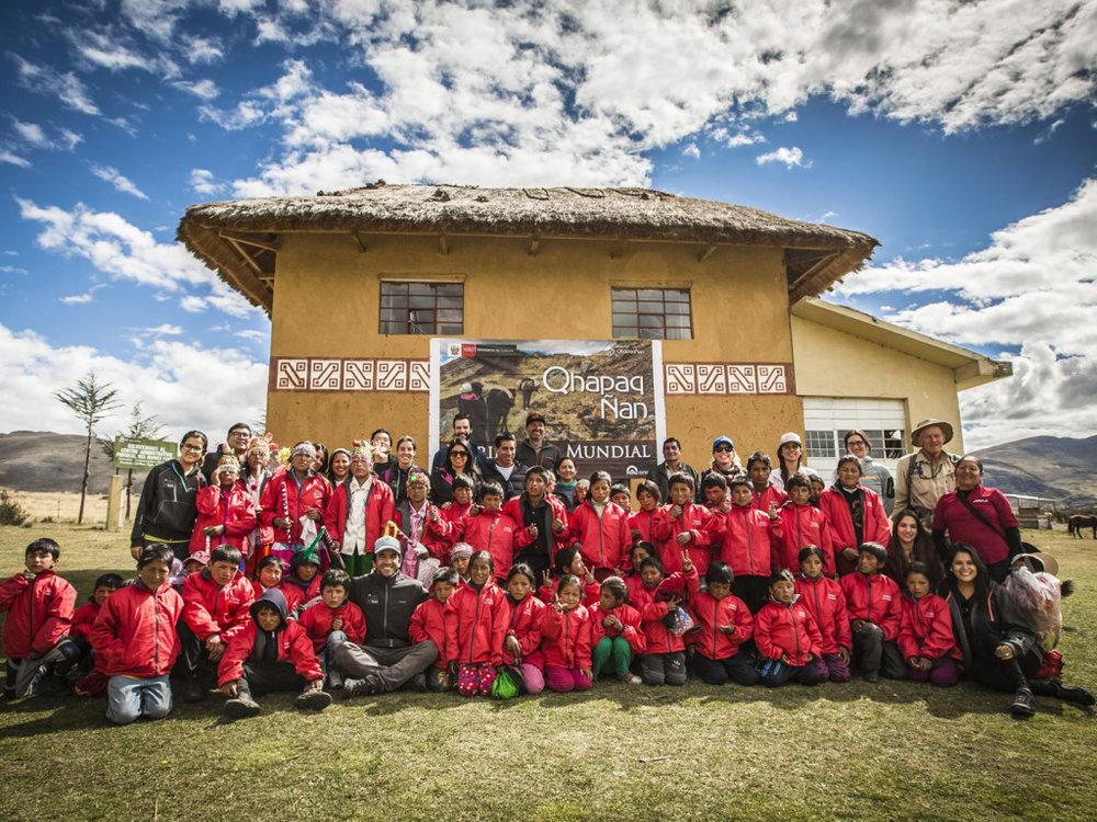 Trekkers & local kids at Huanuco Pampa.