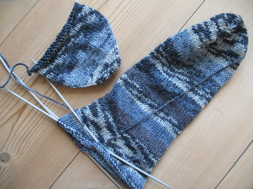 Image retrieved from  https://commons.wikimedia.org/wiki/File:Blue socks, knitting in progress.jpg