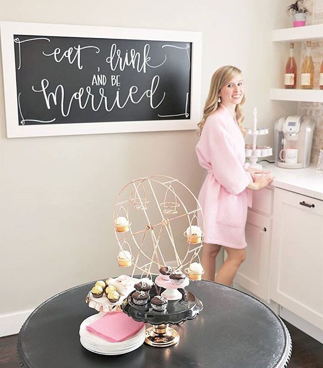 Eat 🍽, drink 🍸 & be married💍! Any engaged ladies here?! If you happen to be in AZ, you've gotta check out @uptownbridal for your wedding gown! The girls are the sweetest and with their new studio, you'll have the most amazing shopping experience ever! I mean, look at this kitchen 💁🏼‍♀️- and the cupcake carousel?! Come on, I should've put that on my Christmas list! 🤩